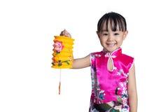 Den latern asiatiska kinesiska lilla flickan som rymmer, firar mitt--hösten fe arkivfoton
