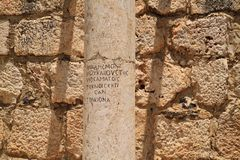 Den latin inskrev kolonnen på det forntida fördärvar av Capernaum Royaltyfria Bilder