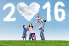 Den latinamerikanska familjen firar nytt år Arkivfoto