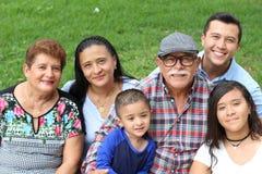 Den latinamerikanska familjen i parkerar fotografering för bildbyråer