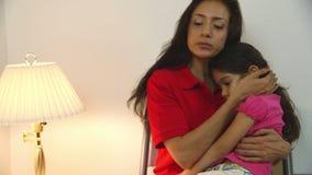 Den latinamerikanska mamman väntar i väntande rum för kliniken för att doktor ska se sjukt lager videofilmer