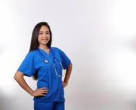 Den latinamerikanska sjuksköterskan i blått skurar Arkivbilder