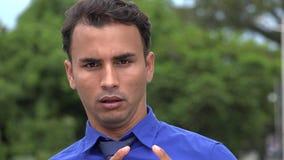 Den latinamerikanska statyn för affärsmannen poserar stock video