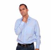 Den latinamerikanska vuxna mannen med halsen smärtar Royaltyfri Fotografi