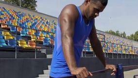 Den latinamerikanskt idrottsmanrubbningen och ilsket vid fel i loppet, slut av sportar rusar lager videofilmer
