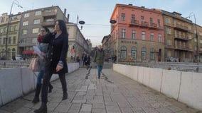 Den latinska bron är en ottomanbro över floden Miljacka i Sarajevo Det nordliga slutet av briden stock video
