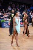 Den latinska kvinnadansaren i en dans poserar Royaltyfri Fotografi