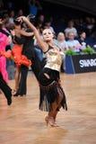 Den latinska kvinnadansaren i en dans poserar Royaltyfria Foton