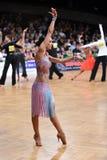 Den latinska kvinnadansaren i en dans poserar Fotografering för Bildbyråer
