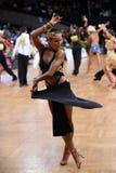 Den latinska kvinnadansaren i en dans poserar Royaltyfria Bilder
