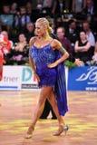 Den latinska kvinnadansaren i en dans poserar Arkivfoto