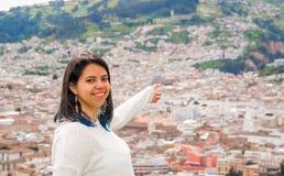 Den latinska unga flickan visar en härlig stads- stad Begrepp för stads- liv Arkivfoton