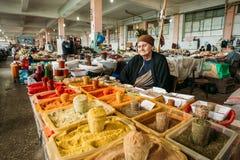 Den äldre georgiska kvinnan, säljare av kryddor väntar på köpare A Arkivfoton