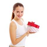 Den le flickan öppnar gåvan Royaltyfri Foto