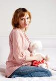 Den le härliga gravid kvinna med en flott toy Arkivbilder