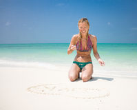 Den le härliga unga kvinnan tecknar hjärta arkivbilder