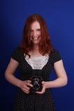 Kvinna med den retro kameran royaltyfri foto