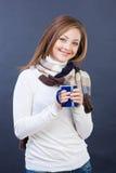 Den le kvinnan i scarf med kuper av tea Arkivfoton