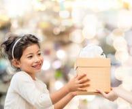 Den le liten flicka med gåvan boxas Royaltyfri Fotografi
