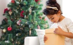 Den le liten flicka med gåvan boxas arkivfoto
