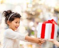 Den le liten flicka med gåvan boxas Arkivbilder