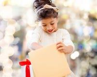 Den le liten flicka med gåvan boxas Royaltyfri Bild