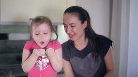Den le modern som spelar med hennes barn Stående Slowmotion HD arkivfilmer