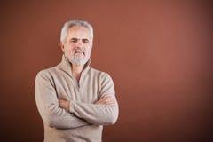 Den le pensionären med beväpnar korsat Fotografering för Bildbyråer