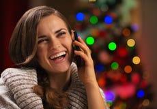 Den le talande mobilen för ung kvinna ringer Arkivbild