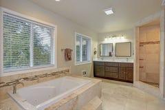 Den ledar- badrumdesignen med lyx badar och gå-i dusch Arkivfoto