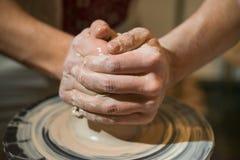 Den ledar- keramikern gör en tillbringare ut ur lera Fotografering för Bildbyråer