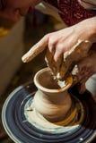 Den ledar- keramikern gör en tillbringare ut ur lera Arkivfoto