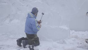 Den ledar- skrapan utför en rörelse över isen för att skapa en isskulptur Ledar- användande specialt hjälpmedel som ner maler stock video