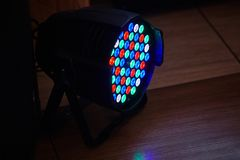 Den LEDDE yrkesmässiga tändande apparaten för forstagen färgade Ledde ljus för disko arkivbild