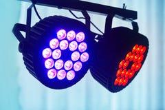 Den LEDDE yrkesmässiga tändande apparaten för forstagen färgade Ledde ljus för disko royaltyfri foto