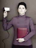 Den ledsna affärskvinnan ligger med den handheld personliga organisatören och hårtork på soffan Royaltyfri Bild