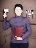 Den ledsna affärskvinnan ligger med den handheld personliga organisatören och hårtork på soffan Fotografering för Bildbyråer