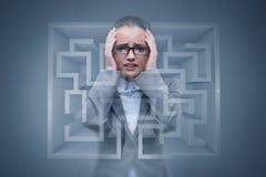 Den ledsna affärskvinnan som är borttappad i labyrint Royaltyfri Foto