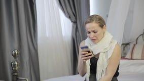 Den ledsna emotionella kvinnagråt och överför ett meddelande på mobiltelefonen stock video
