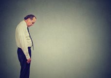 Den ledsna ensamma affärsmannen som ner ser, har ingen energimotivation i deprimerat liv arkivbild