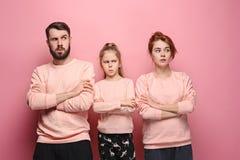 Den ledsna familjen på rosa färger fotografering för bildbyråer