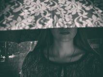 Den ledsna flickan dolde henne ögon under paraplyet Nattgata och det regna för ` s fotografering för bildbyråer