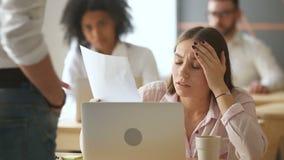 Den ledsna frustrerade affärskvinnan får dokumentet med dåliga nyheter, avskedandemeddelande