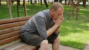 Den ledsna grabben tar bort cirkeln från hans finger stock video