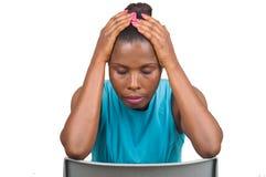Den ledsna kvinnan reflekterade huvudet ner och ha händer på hennes huvud royaltyfri bild