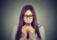 Den ledsna kvinnan tröttade av bantar begränsningar som kräver sötsakchoklad Arkivfoton