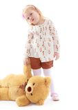 Den ledsna lilla flickan som rymmer en nallebjörn, tafsar royaltyfri foto