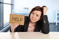 Den ledsna och frustrerade affärskvinnan som arbetar i spänning på modernt kontorsrwindowrum som frågar för hjälp, överansträngde Arkivbilder
