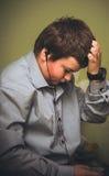 Den ledsna pojken med hörlurar Arkivfoto