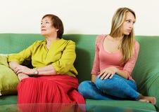 Den ledsna unga kvinnan och mognar modern efter konflikt Arkivbild